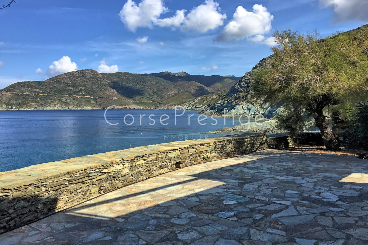 waterfront-house-in-corsica-1